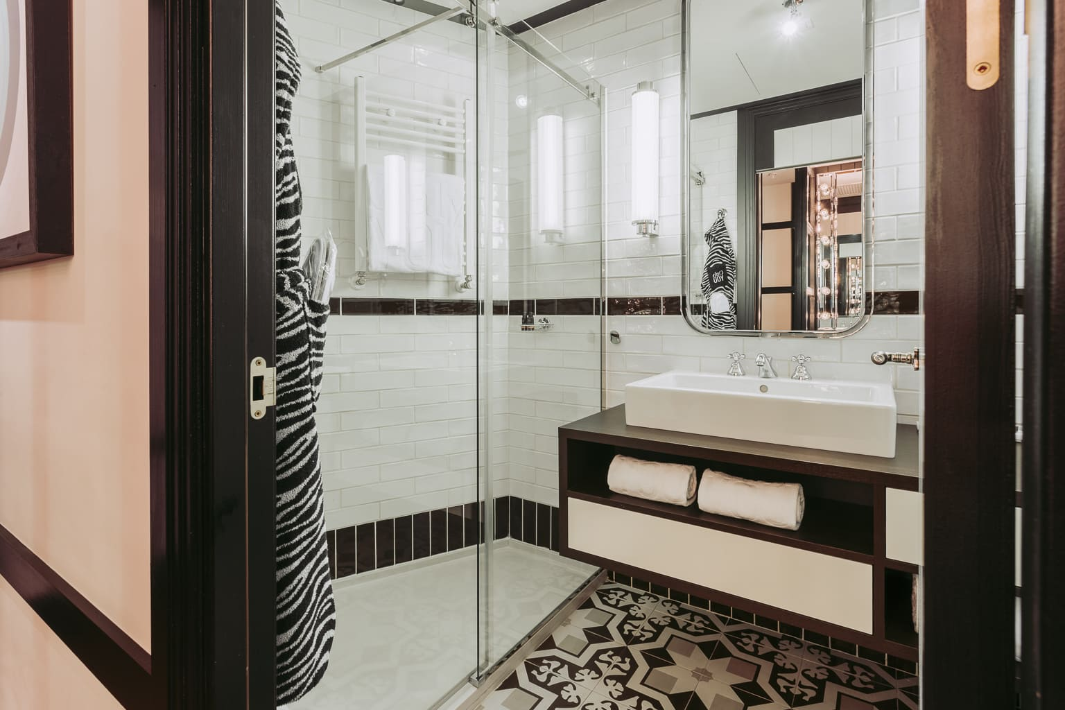 zimmer mit ausblick in madrid only you hotel atocha. Black Bedroom Furniture Sets. Home Design Ideas